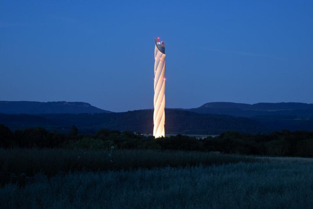 Der Thyssenkrupp-Testturm in Rottweil ... ein Leuchtturm in schwierigen Zeiten.  | Foto: Silas Stein (dpa)