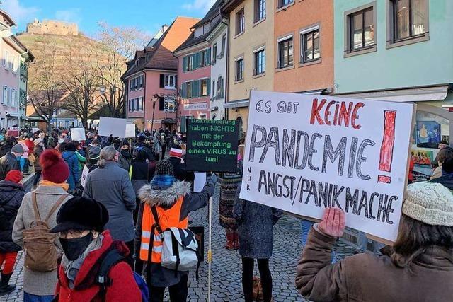 Rund 200 Demonstranten bekunden Solidarität mit Staufener Arzt
