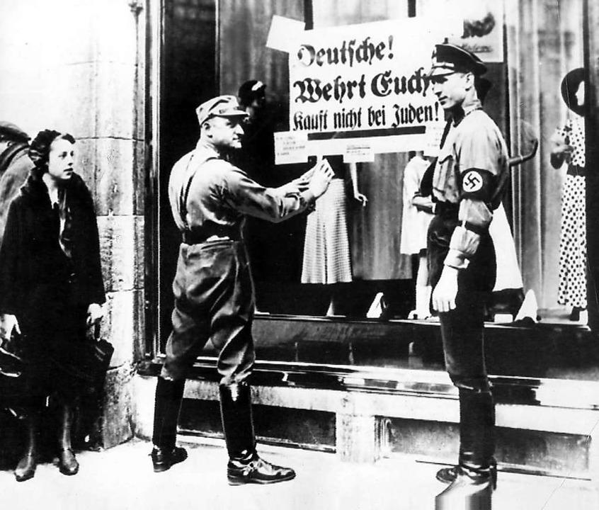 Judenfeindlichkeit in der ersten Zeit ...ntisemitisches Plakat an einen Laden.   | Foto: A0009 dpa