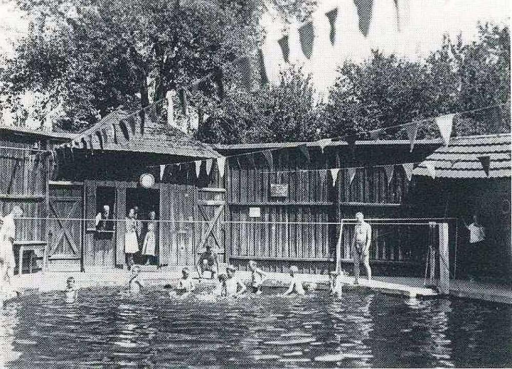 Der Schwimmsportverein Lahr bringt Kin...im Aktienbad das Schwimmen bei (1921).    Foto: Karl Bäppler