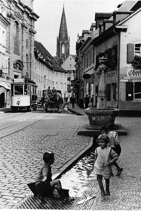 1936 wurde die historische Aufnahme de... Straßenbahn, Pferdefuhrwerk und Auto.  | Foto: Stadtarchiv Freiburg M 7010