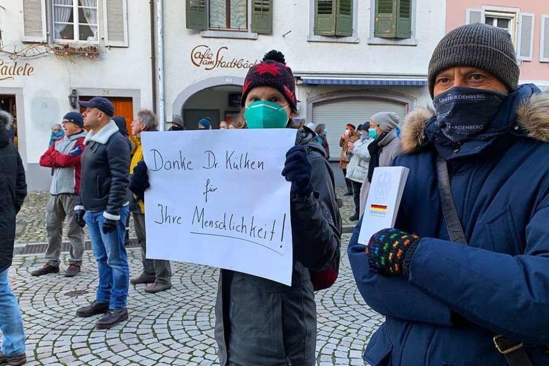 Die Anwesenden zeigten sich solidarisc...von der Polizei durchsucht worden war.  | Foto: Simone Höhl