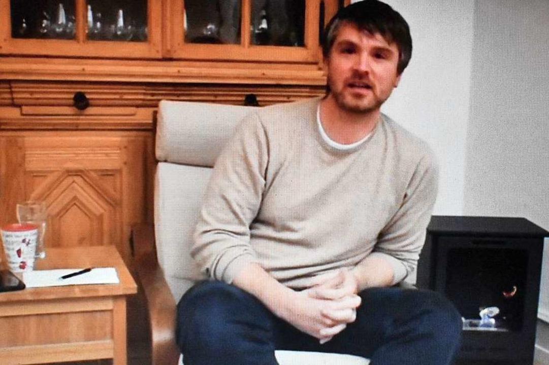 Jonas Hoffmann am heimischen Kamin im digitalen Wahlkampf    Foto: Thomas Loisl Mink
