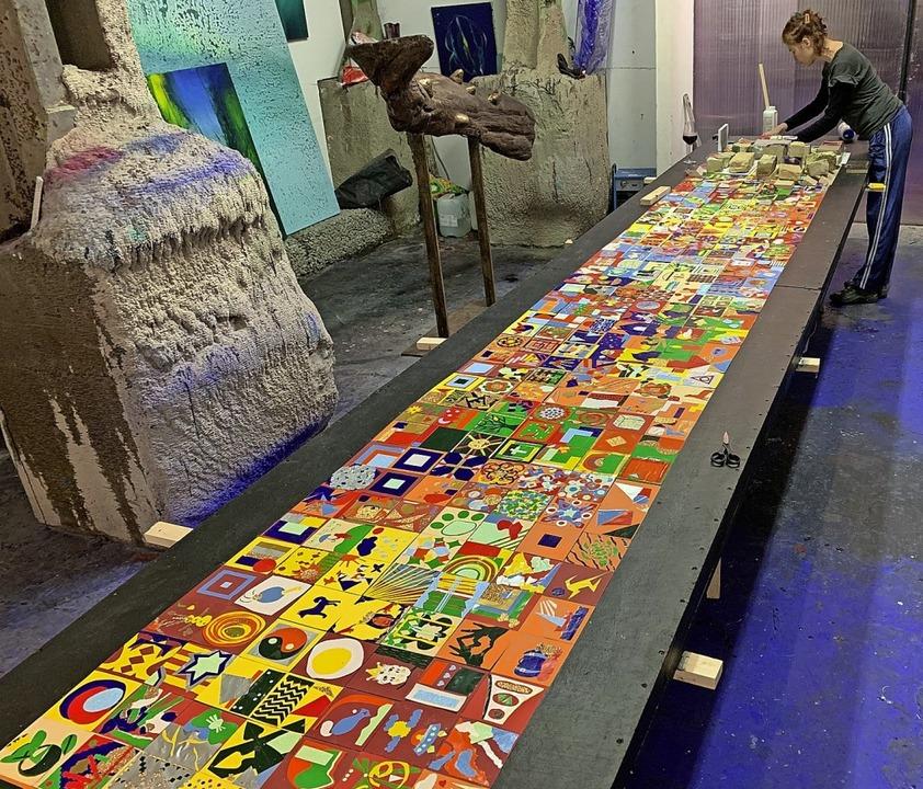 Die  343 kreativ gestalteten Kleinkuns...zu einem bunten Mosaik zusammengefügt.  | Foto: Volker Scheurer