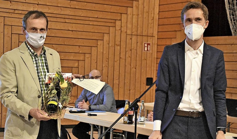 Bruno Müller (links) und Bürgermeister Walz im Rat Heuweiler  | Foto: Andrea Steinhart