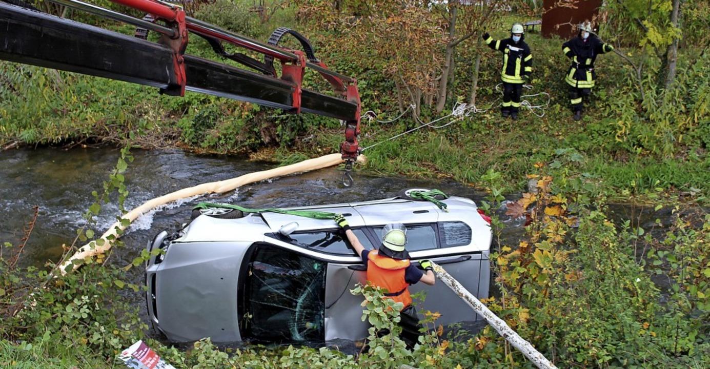 Auch wenn ein Auto im Neumagen landet, rückt die Feuerwehr Staufen aus.  | Foto: Feuerwehr Staufen