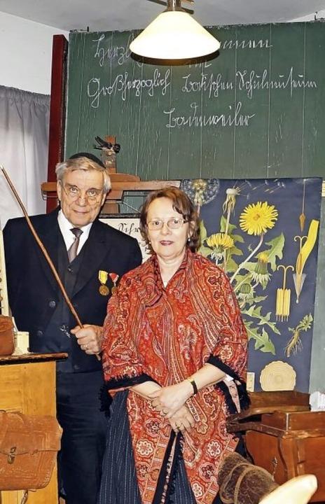 Die Museumsleiter Bernd und Ulrike Sch...istorischen Schulstube in Badenweiler.    Foto: Silke Hartenstein
