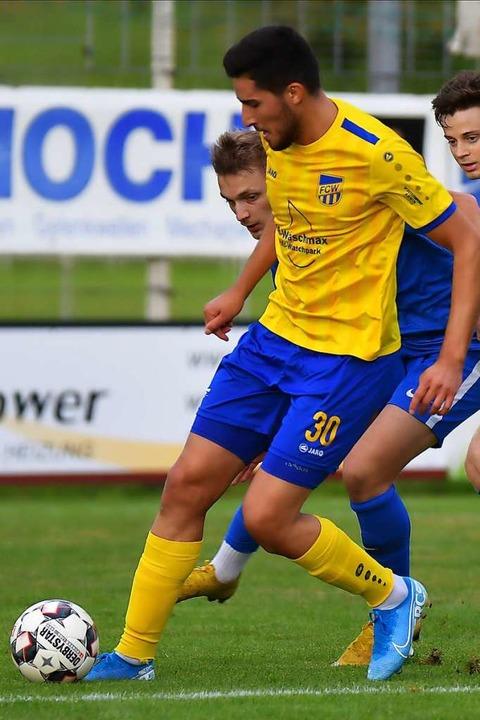 Josef Tohmaz (am Ball) wird aus berufl...hr für den FC Waldkirch weiterspielen.  | Foto: Achim Keller