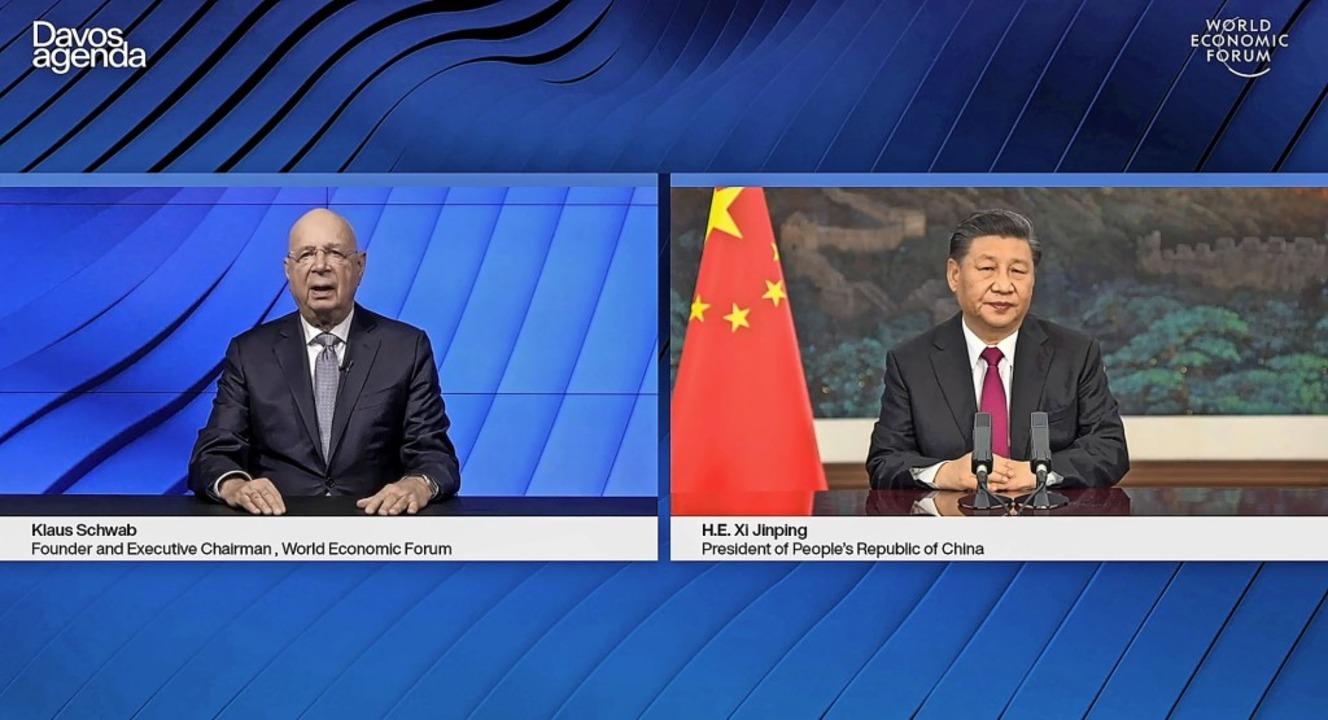 Der Gründer des Weltwirtschaftsforums,...präch mit Chinas Staatschef Xi Jinping  | Foto: - (AFP)