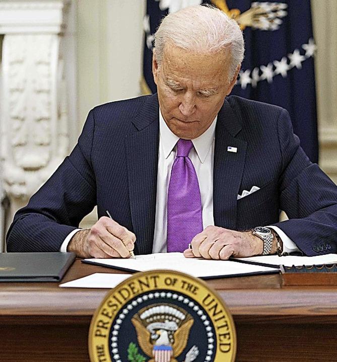 Biden unterzeichnet ein Dekret.    Foto: MANDEL NGAN (AFP)