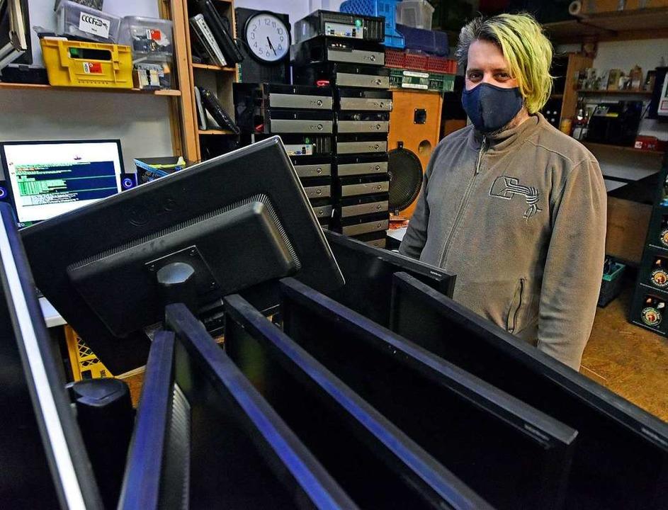 Jens Rieger vom Chaos Computer Club mi...Geräten, die bald neue Besitzer finden  | Foto: Michael Bamberger