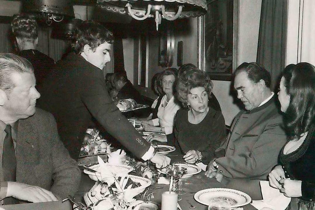 Salvatore Scimone legt  Max Schmeling ...herte. Das gefiel nicht  allen Burdas.  | Foto: Privat