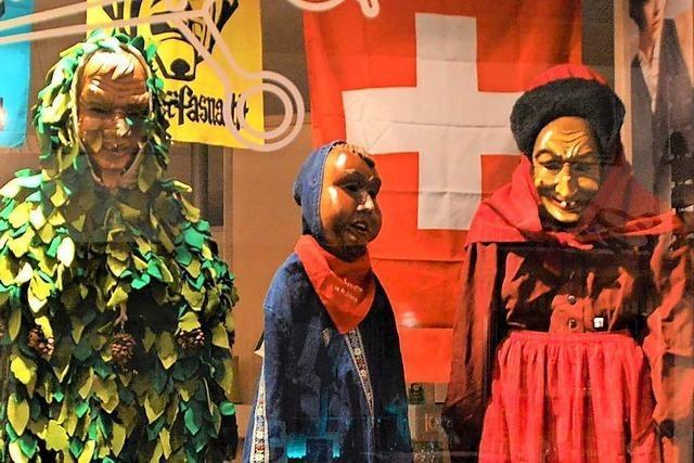 Die Maskengruppen der Zeller Vogteien werden in Schaufenstern präsentiert