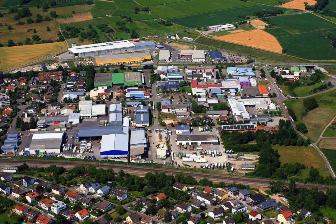 Das  Gewerbegebiet östlich und westlich  der B3 in Efringen-Kirchen aus der Luft  | Foto: Erich Meyer