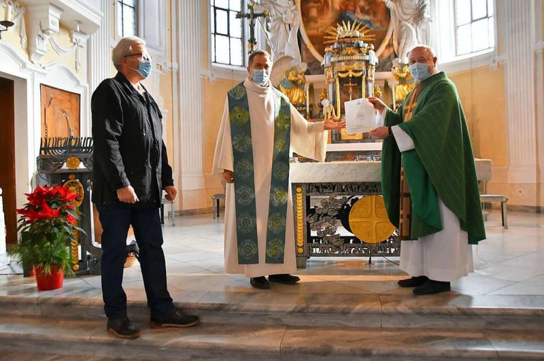 Nach der Investitur in der Kirche St. ...derat), in der Mitte Dekan Gerd Möller    Foto: Horatio Gollin