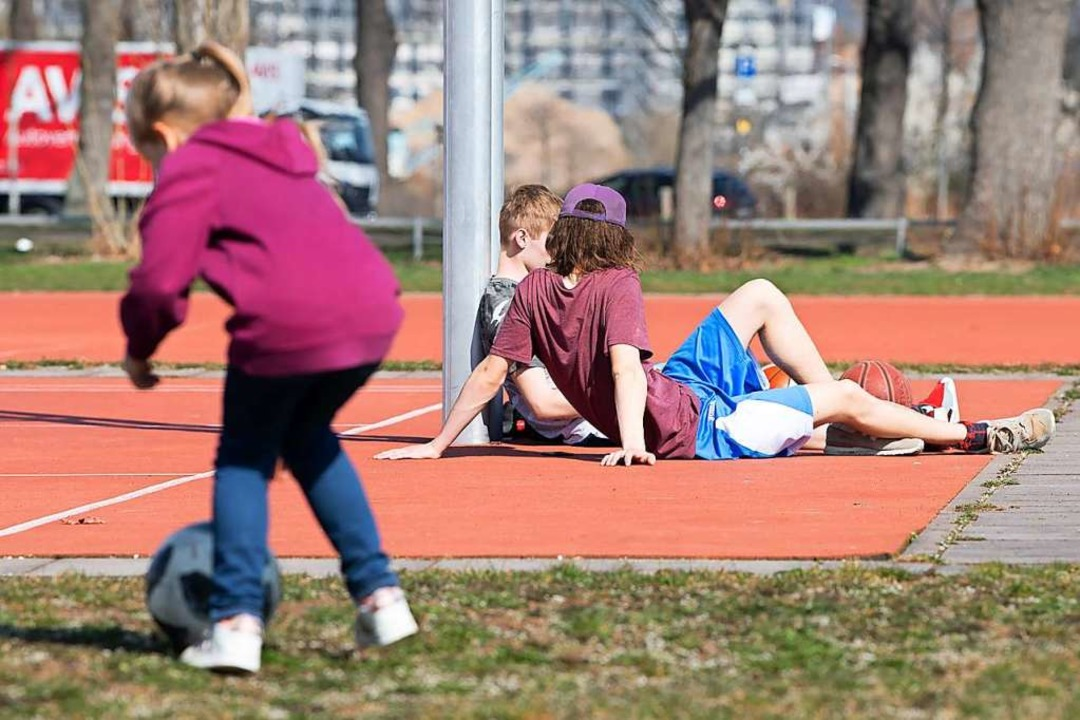 Abhängen mit Freunden ist für Kinder und Jugendliche derzeit kaum möglich.  | Foto: Sebastian Kahnert (dpa)