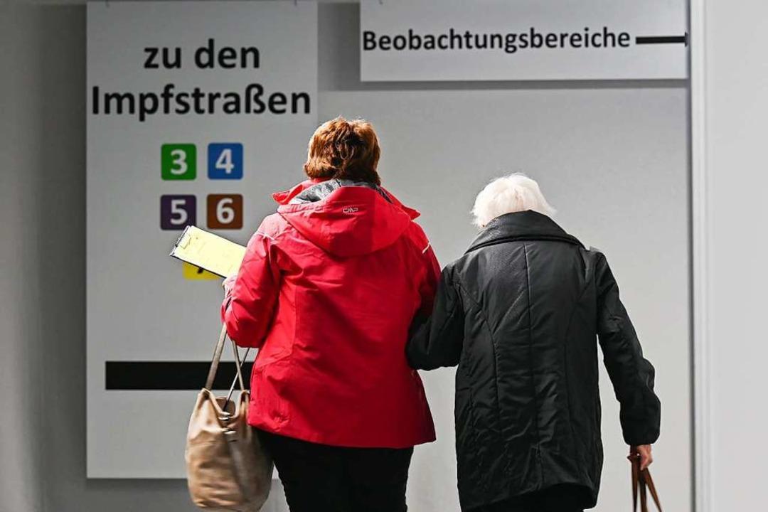 Alte Menschen benötigen in der Corona-...stützung – auch beim Impftermin.  | Foto: Arne Dedert (dpa)