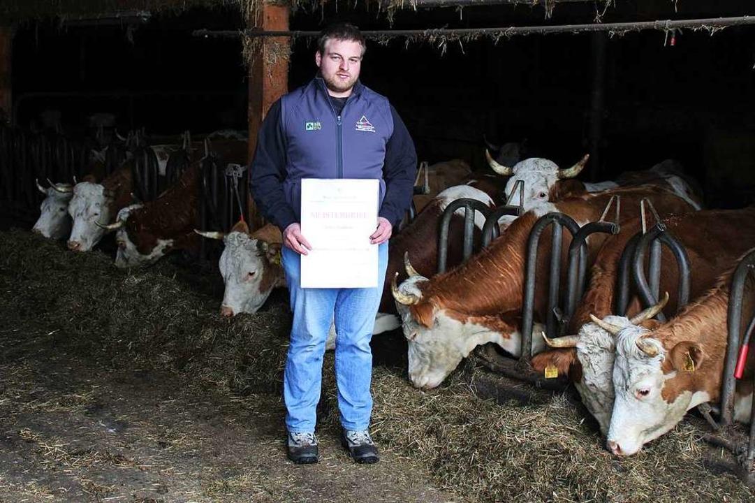 Stolz präsentiert Felix Schätzle im Stall seinen Meisterbrief.  | Foto: Manuel Hunn