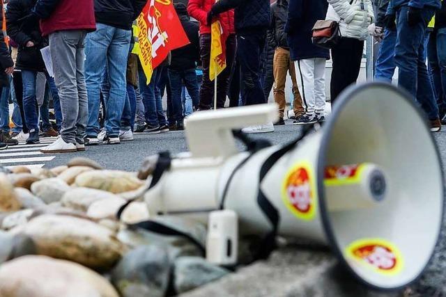 Corona-Protestler ziehen lautstark durch Lörrach