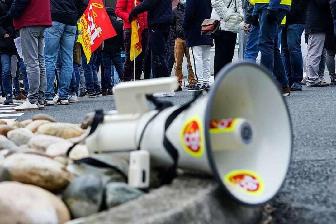 Lautstark haben Menschen gegen die Cor...n in Lörrach protestiert (Symbolbild).    Foto: Laurent Cipriani (dpa)