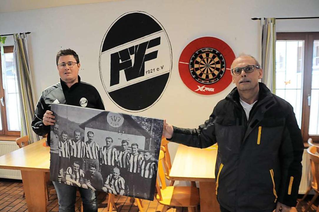 Mark Leimgruber (links) und Jochen Sut...en zum 100. Geburtstag des FV Fahrnau.    Foto: Nicolai Kapitz