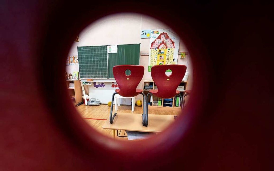 Ende der Wartezeit? Am Montag könnten ...mberg wieder die Klassenzimmer entern.  | Foto: Marijan Murat (dpa)