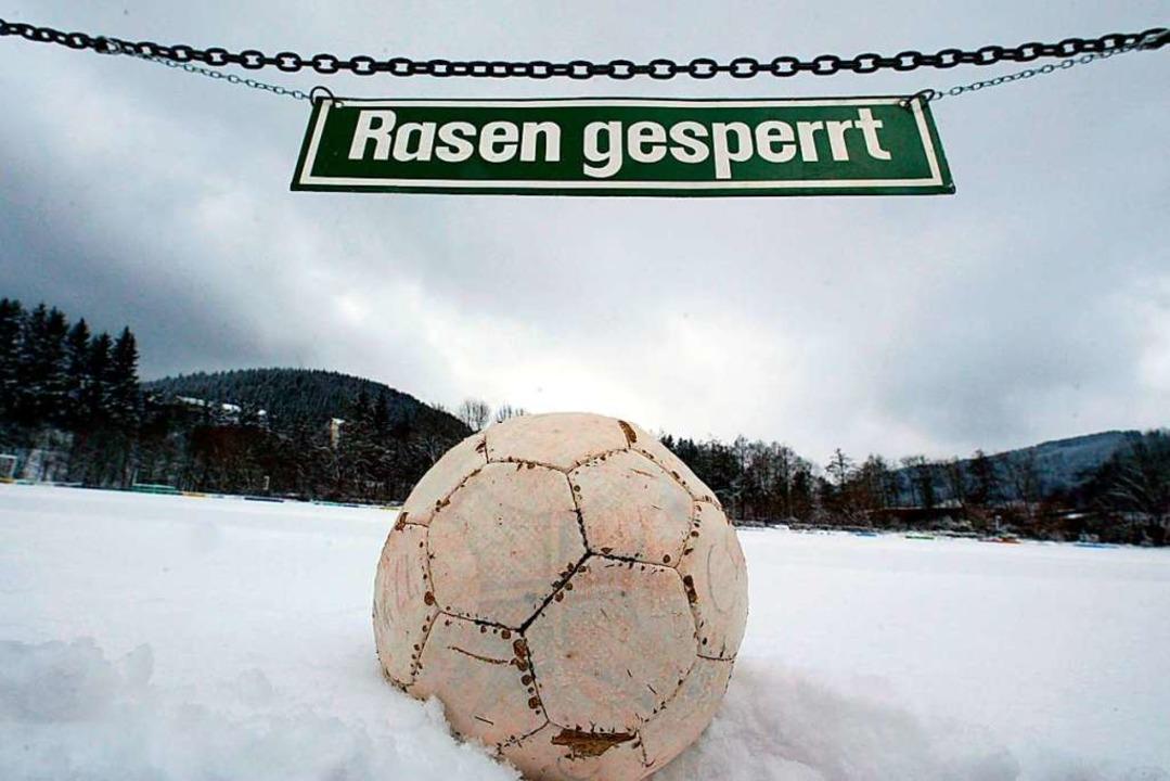 Der Schnee macht dem Fußball in der Re...omburg wurde zum dritten Mal abgesagt.  | Foto: Patrick Seeger