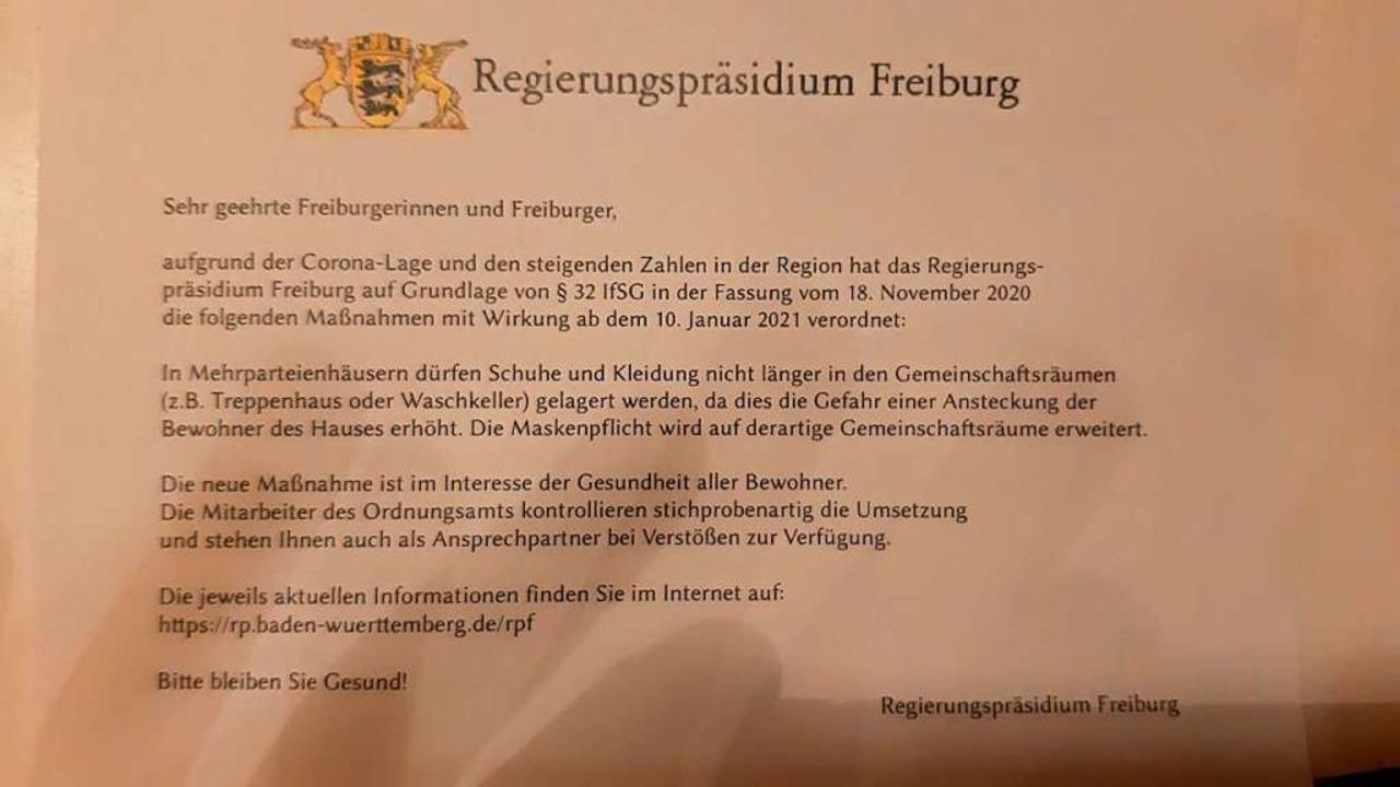 Schon wieder sind Zettel wie dieser  m...en Corona-Anordnungen verteilt worden.    Foto: Matthias Henrich