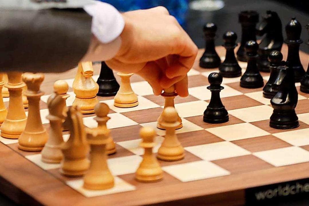 Beim Schachspiel treten zwei Spieler g... der andere mit den schwarzen Figuren.    Foto: Frank Augstein