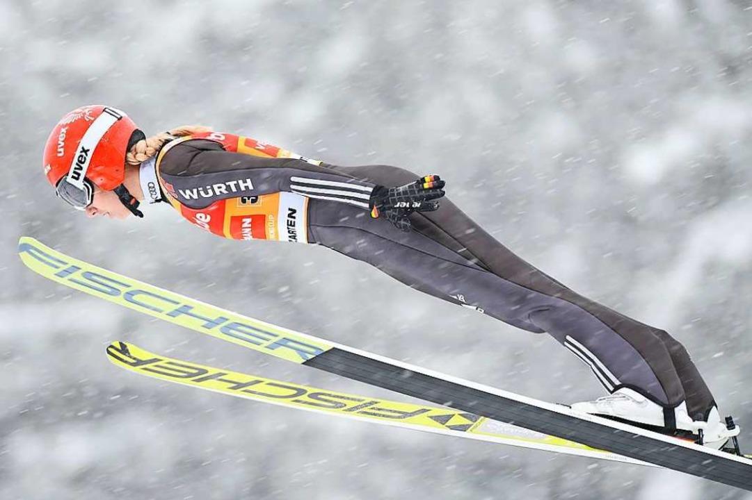 Ein Blick zurück: Springen im Schneetr...m Teamspringen auf der Rothausschanze.    Foto: Felix Kästle