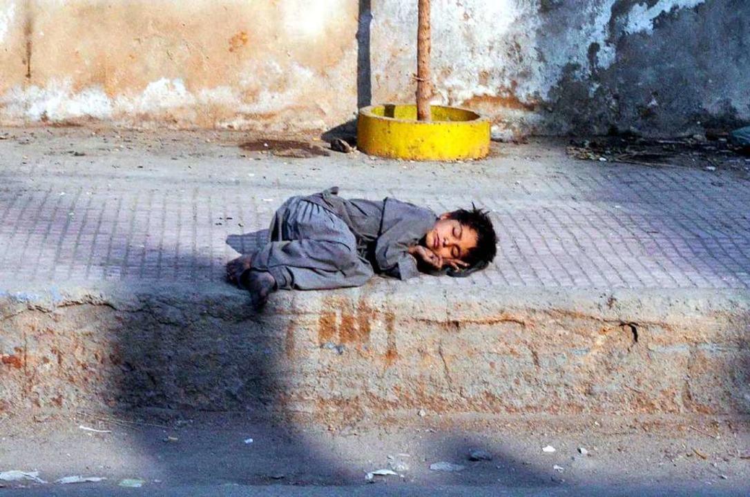 Das erste Hilfsvorhaben wollen Jareem ...auf einem Fußweg in Hyderabad schläft.    Foto: Ppi (dpa)