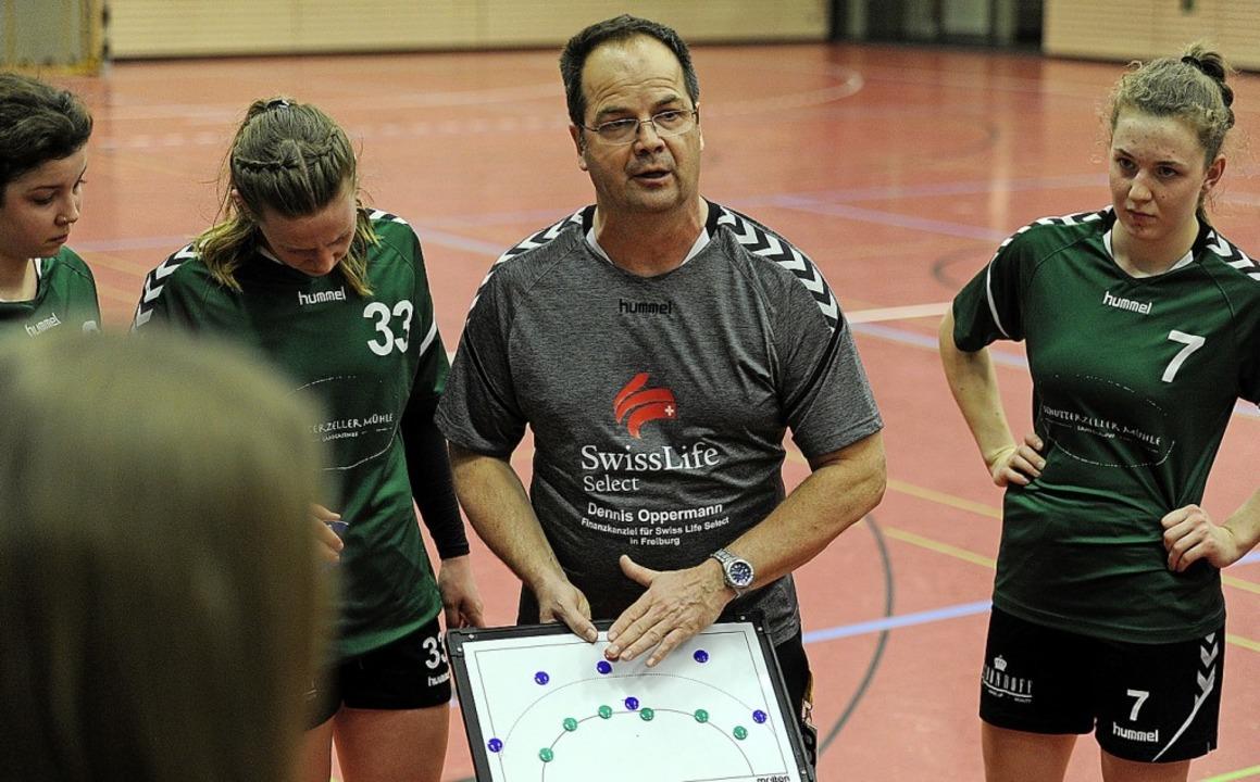 Taktische Anweisungen gibt Manfred Kur...weiten Frauenmannschaft der SG Scutro.    Foto: Pressebüro Schaller
