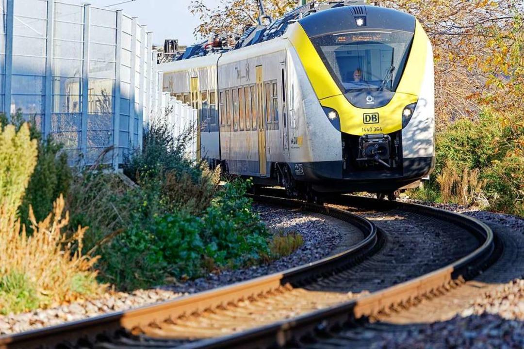 Eine S-Bahn der DB Regio fährt durch d...bebauung in Richtung Bahnhof Endingen.  | Foto: Martin Wendel
