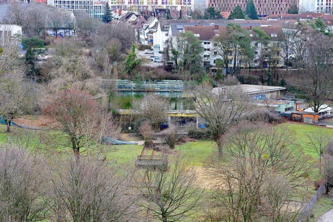 Blick auf das stillgelegte Außenbecken des Westbads vom Seeparkturm  | Foto: Ingo Schneider