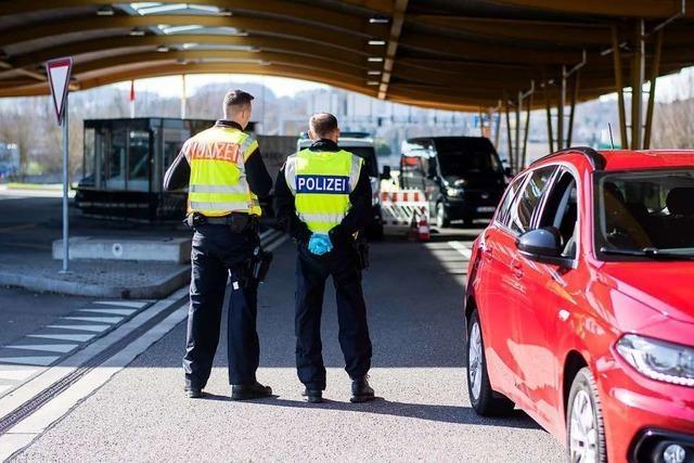 Grenzbeamte weisen Schweizer Paketabholer an Grenzübergang Stein/Bad Säckingen ab