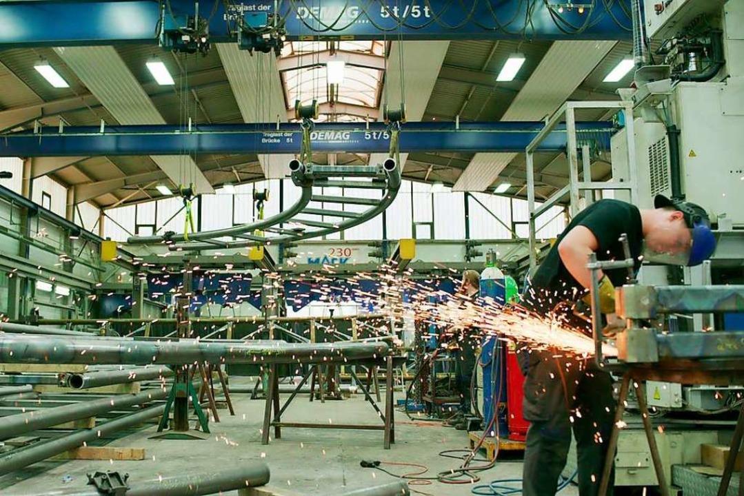 Beim Schienenbau ist viel Handarbeit gefragt.  | Foto: Mack Rides