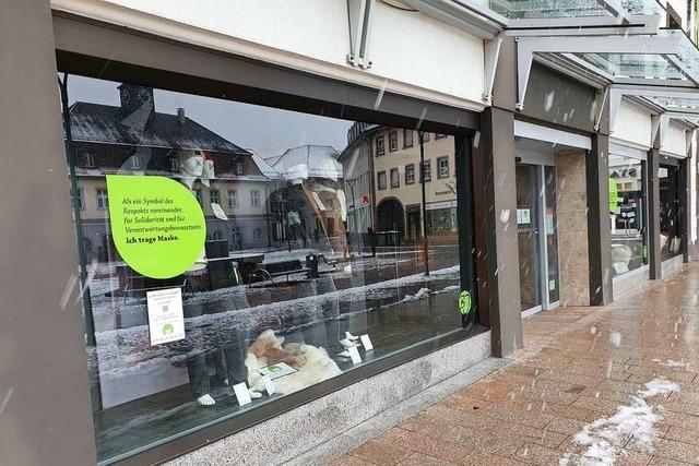 Modehändler im Landkreis Emmendingen sitzen auf der Ware