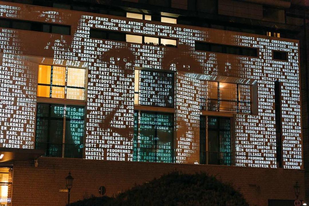 Medieninstallation #everynamecounts an... der französischen Botschaft in Berlin  | Foto: Arolsen  Archives