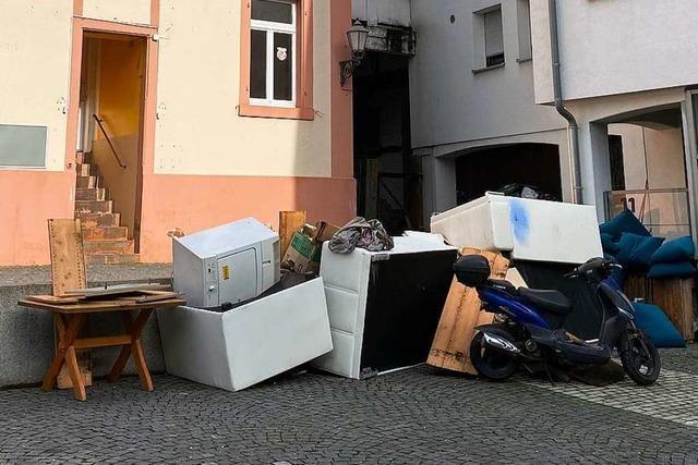 Stadt Lahr räumt illegalen Müll auf dem Urteilsplatz weg