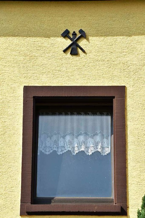 Glück auf – Bergmannsymbole an einem Haus in Buggingen    Foto: Sebastian Wolfrum