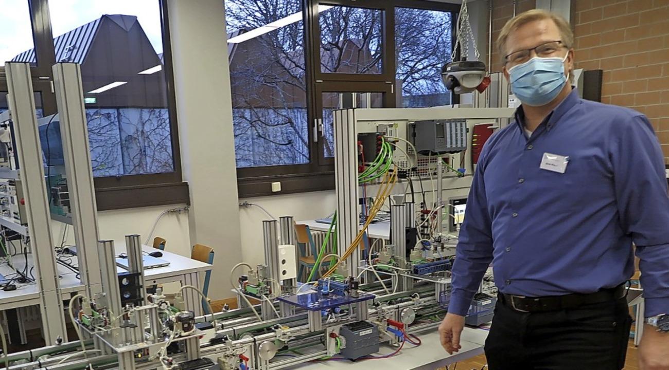 Lehrer Martin Maurer stellte am Infotag die Lernfabrik 4.0 vor.  | Foto: Beatrice Ehrlich
