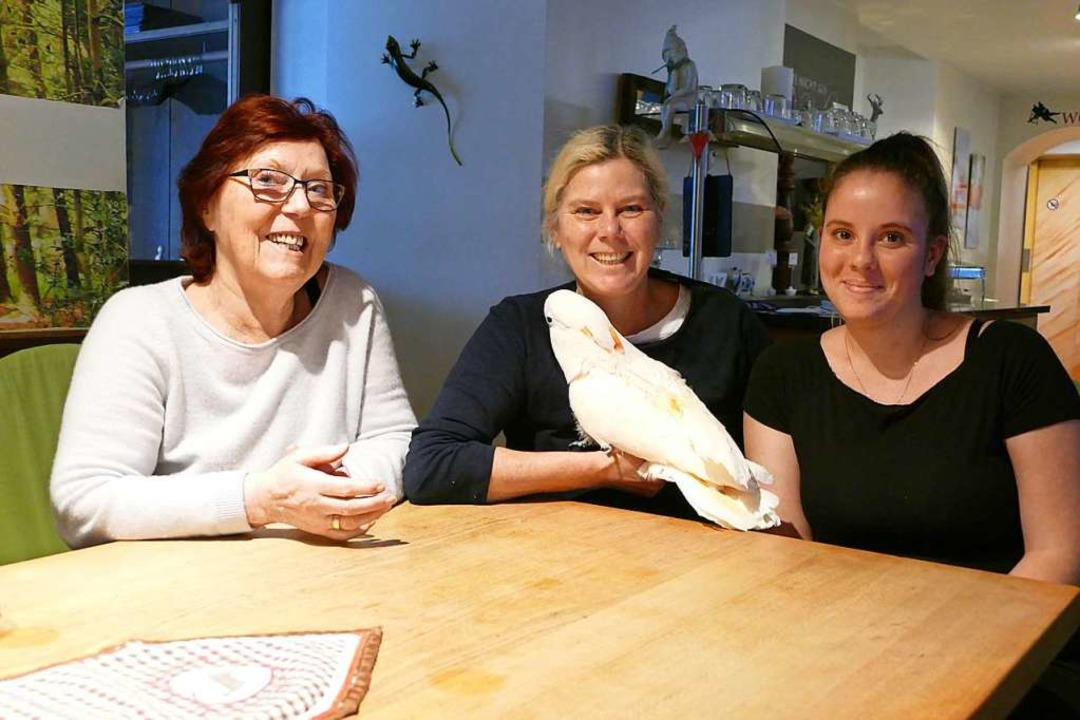 Drei Frauen, drei Generationen Storche... und Raphaela Mußler mit Kakadu Luise.  | Foto: Verena Pichler