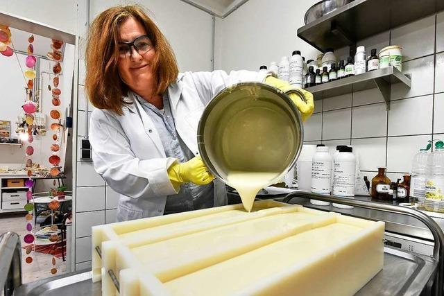 In ihrer Freiburger Seifenmanufaktur leistet Beate Geschke blitzsaubere Handwerksarbeit