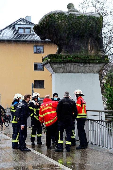 Einsatzkräfte besprechen sich auf der Ochsenbrücke.  | Foto: Ingo Schneider