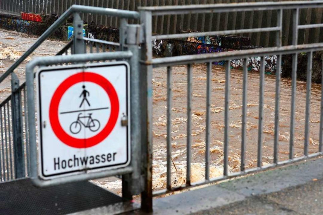 Schilder weisen daraufhin, dass der Radweg gesperrt ist.  | Foto: Ingo Schneider