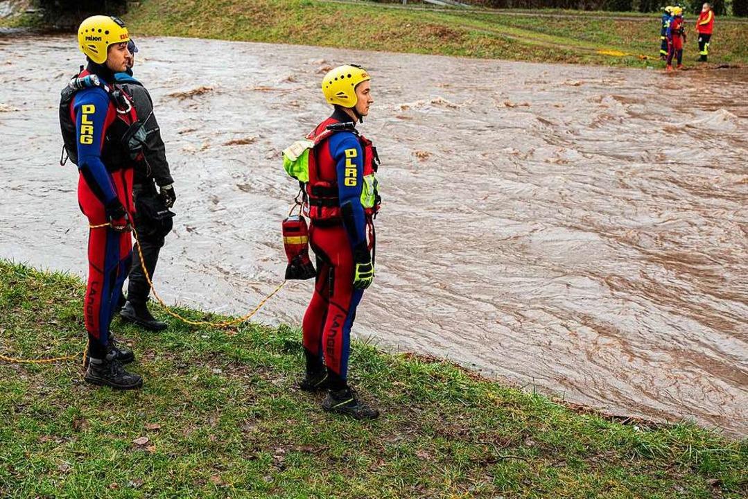 Der Einsatz hat sich in die March verl...einte Rettungsschwimmer einsatzbereit.  | Foto: Hubert Gemmert
