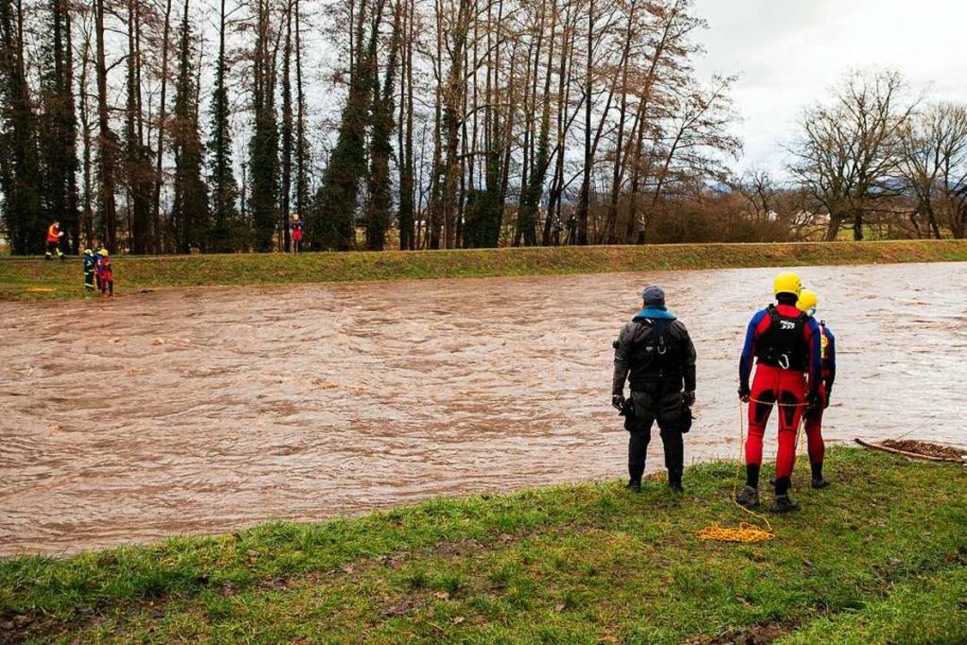 Die Einsatzkräfte beobachten das Wasse...bwärts sind weitere Kräfte im Einsatz.  | Foto: Hubert Gemmert