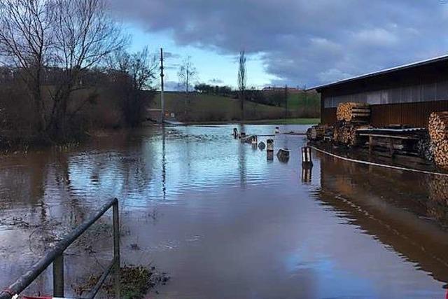 Die Maugenharder Straße in Wollbach ist überflutet