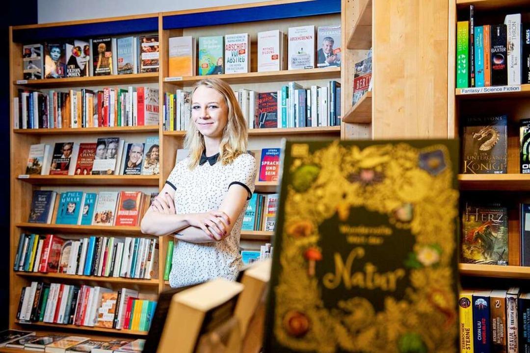 Zwischen Biografien und Fantasy-Romane...cht eine Ausbildung zur Buchhändlerin.  | Foto: Zacharie Scheurer