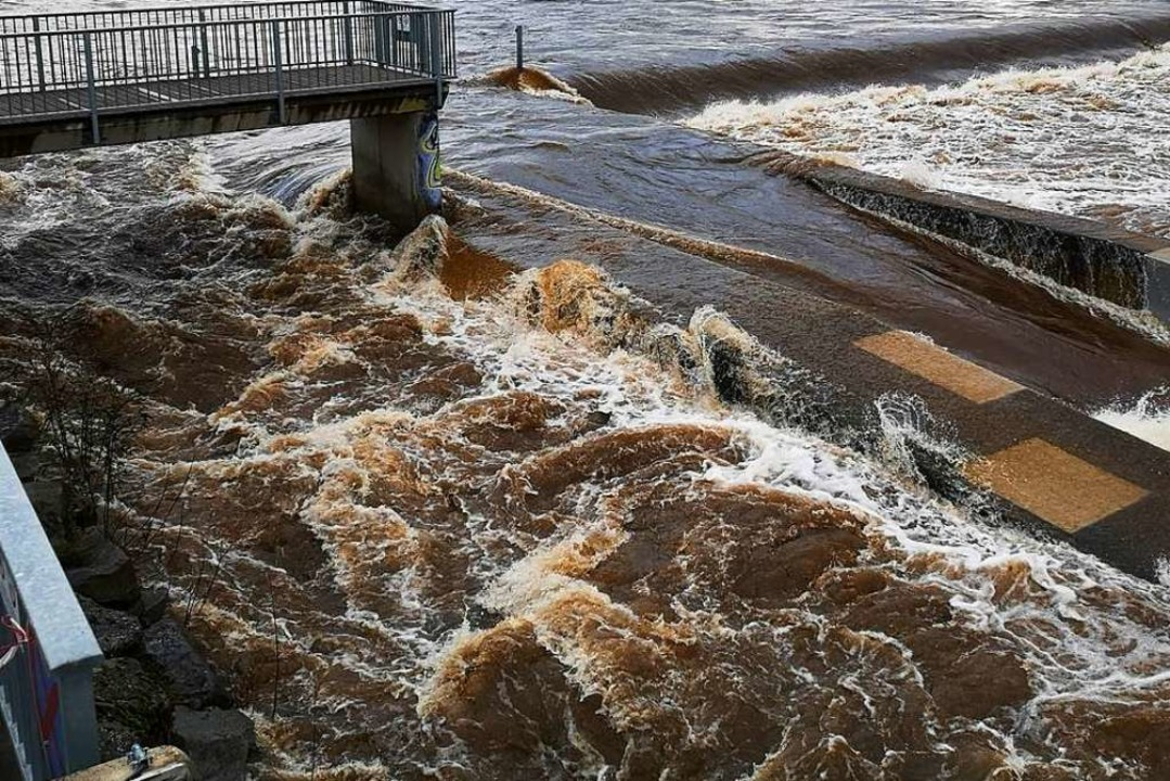 Die Kinzig ist am Freitag zum reißenden Fluss geworden.  | Foto: Ralf Burmaier